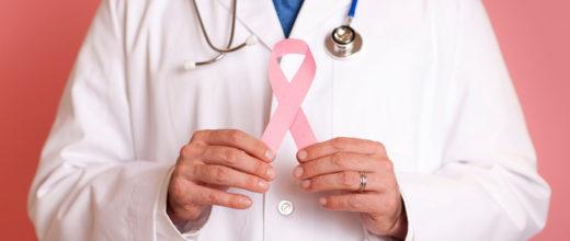 arzt hält pinke AIDS Schleife vor sich, trägt blaue Krawatte und ein blaues Stethoskop