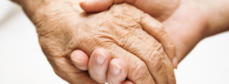 Haltende Hände, eine ältere und eine jüngere Person