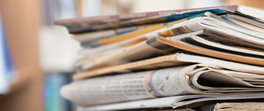 Ein Stapel Zeitungen und Magazine